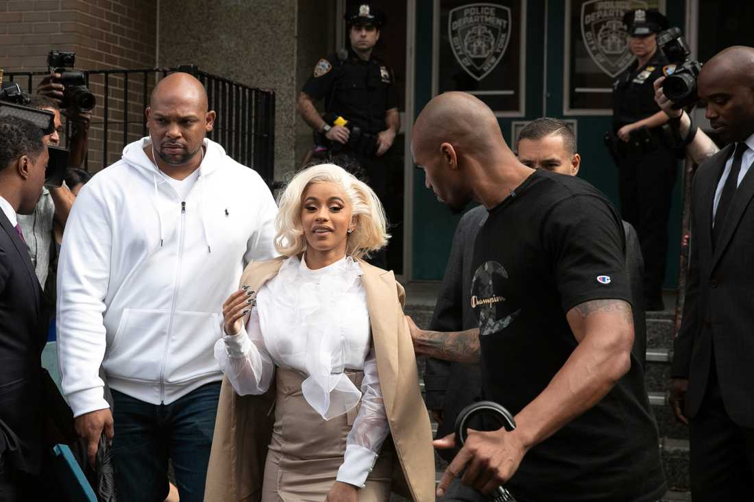 Cardi B i samband med att hon överlämnade sig till polisen i Queens i höstas.