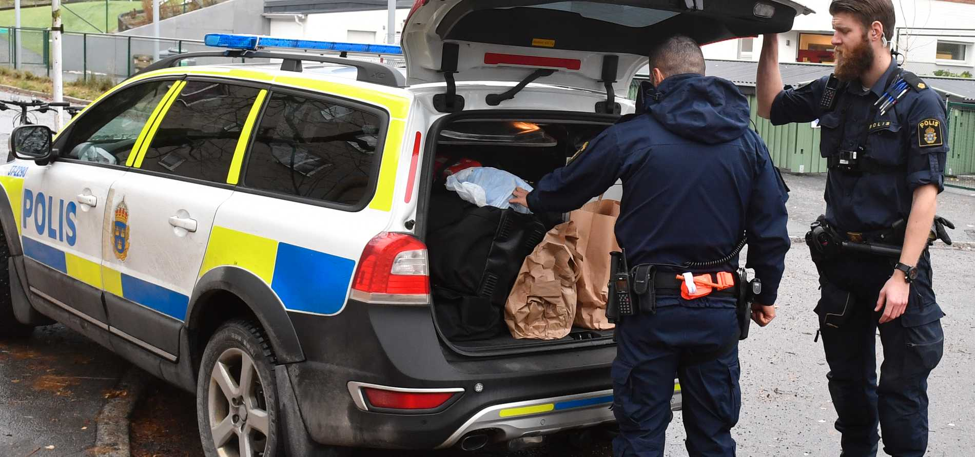 Polisen undersöker platsen för olyckan.