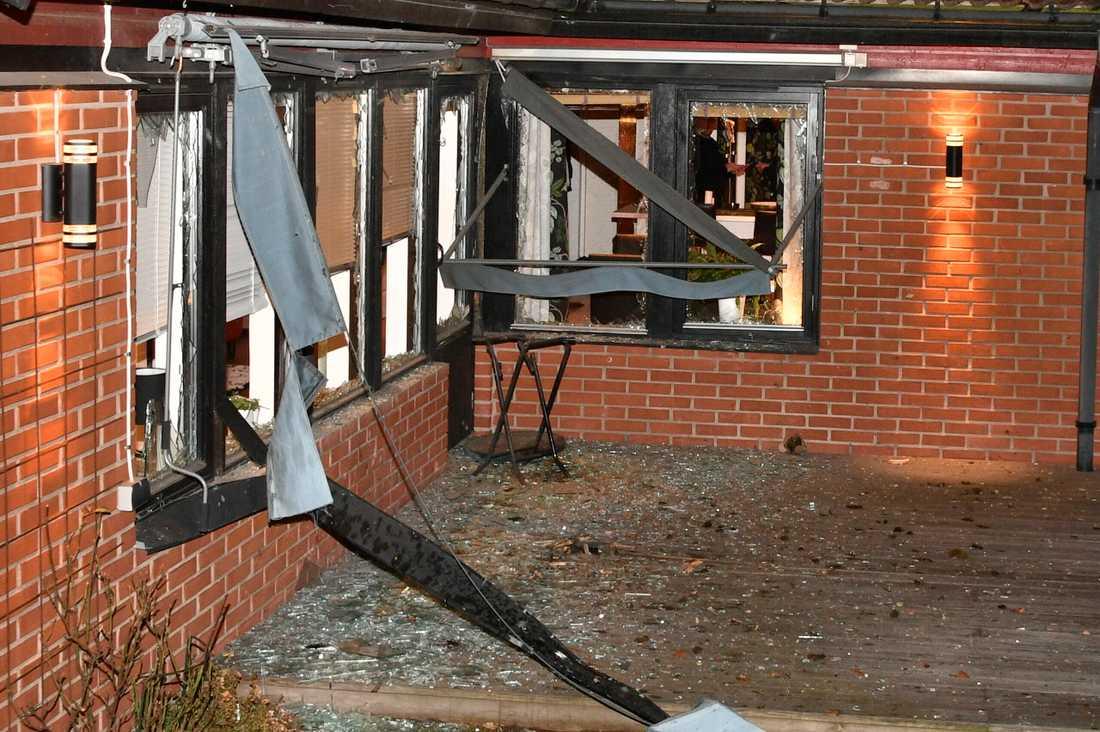 Explosionen blåste ut flera fönster på huset, som undersöktes i natt av polisens bombtekniker.
