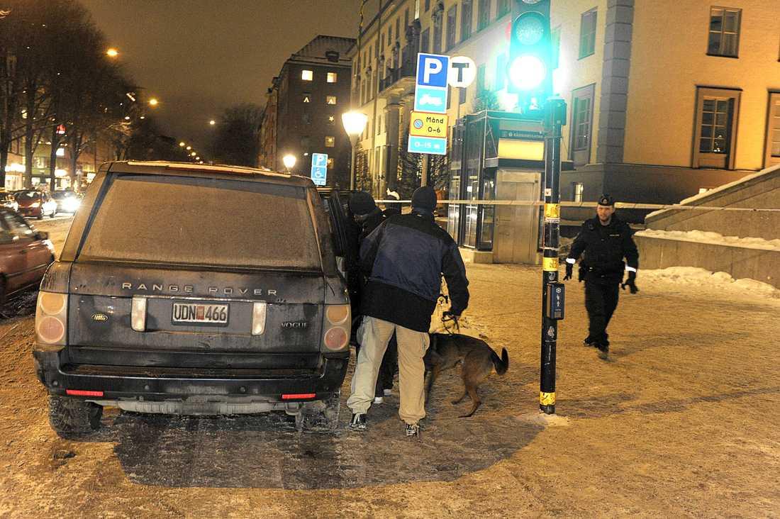 Spanar i området Efter sprängdådet undersökte civila och uniformerade poliser en stor del området kring Drottninggatan.
