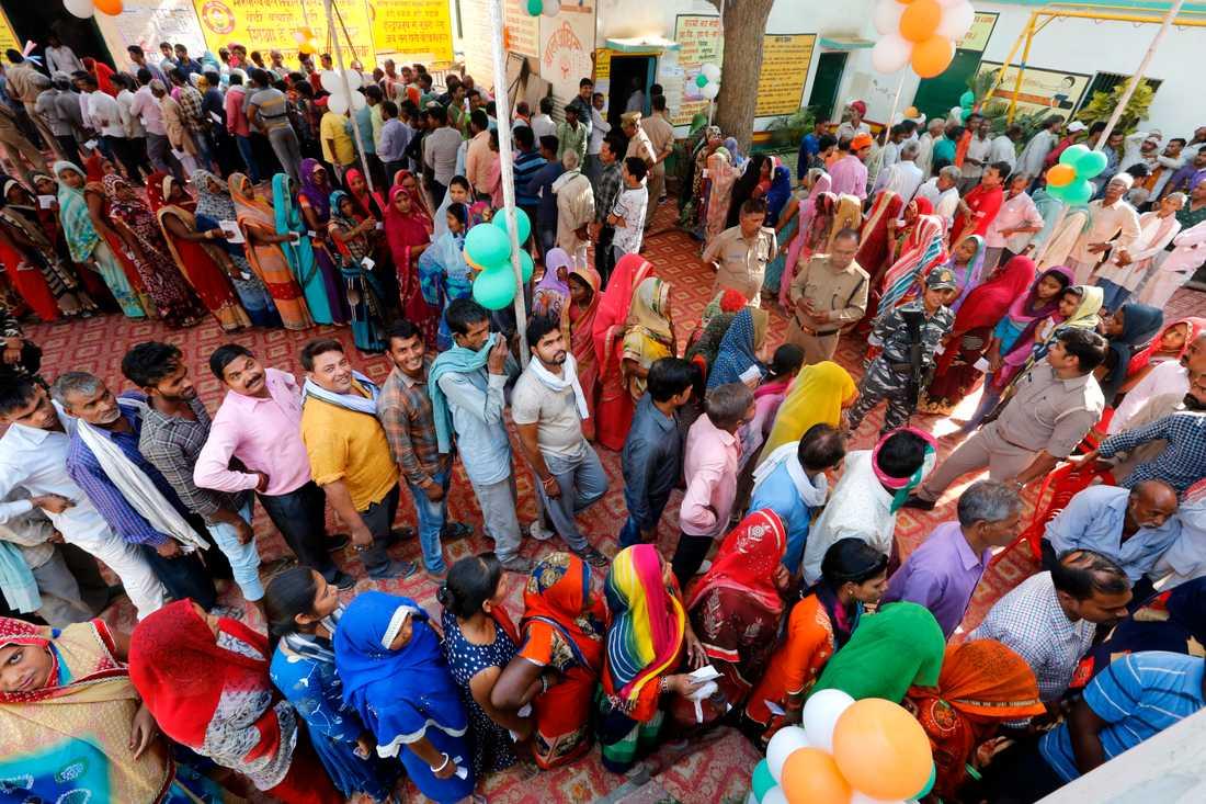 Indier står i kö för att rösta i Varanasi på det utdragna parlamentsvalets sista dag i söndags.