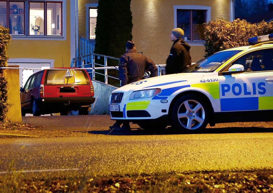 Polis utanför huset där 33-åringen och de två pojkarna upptäcktes i källaren.
