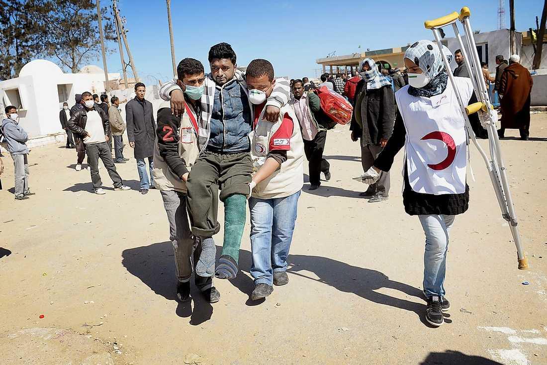 Dagligen går flyktingar över gränsen – överlyckliga över att få lämna Libyen.