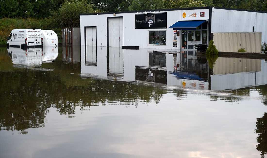 Översvämmat utanför Bjuv efter att kraftiga åskskurar drabbat södra Sverige på onsdagen.