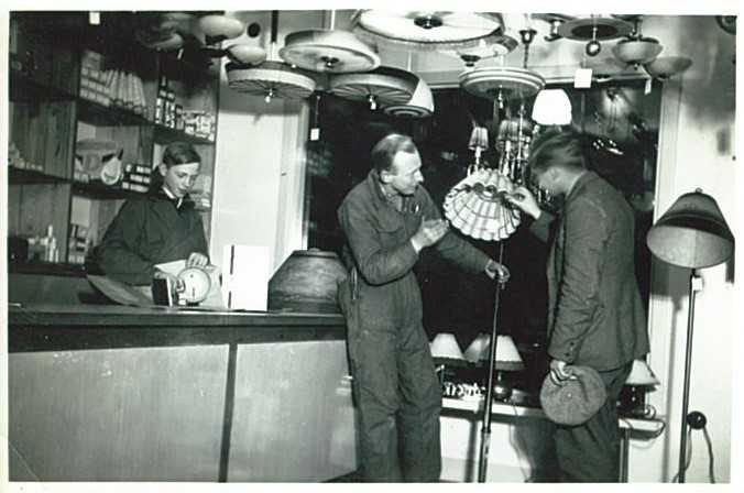 En kund får lamphjälp under butikens tidiga år.