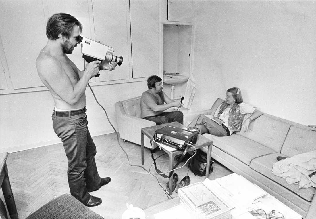 """Janne """"Loffe"""" Carlsson och Gösta Wälivaara filmar och intervjuar Kim Turtiainen, journalist på Aftonbladet."""
