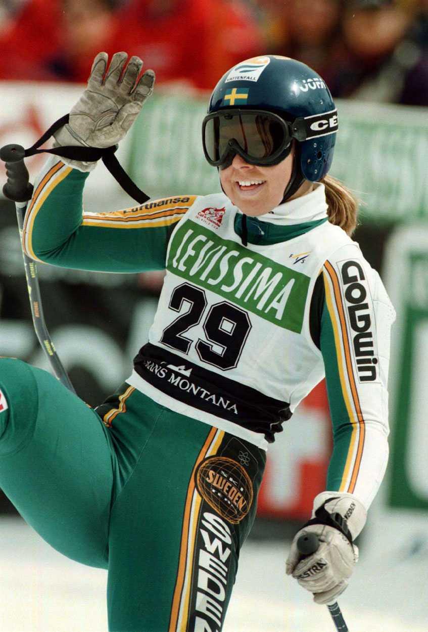1998 Anja gör sin världscupdebut i Crans-Montana i Schweiz i mars 1998. Hon slutar sist, men vinkar ändå glatt efter målgången.