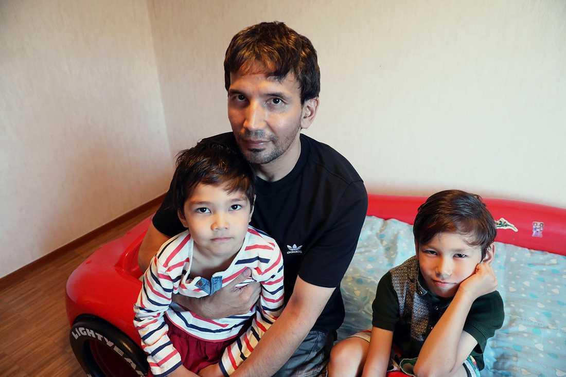 Pappa Abbas med sönerna Idris, 5, och Elias, 8.