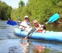 Jorun Boklöv, bloggaren bakom Life de Luxe paddlar kajak på floden Sûre med sonen Joel, 10.