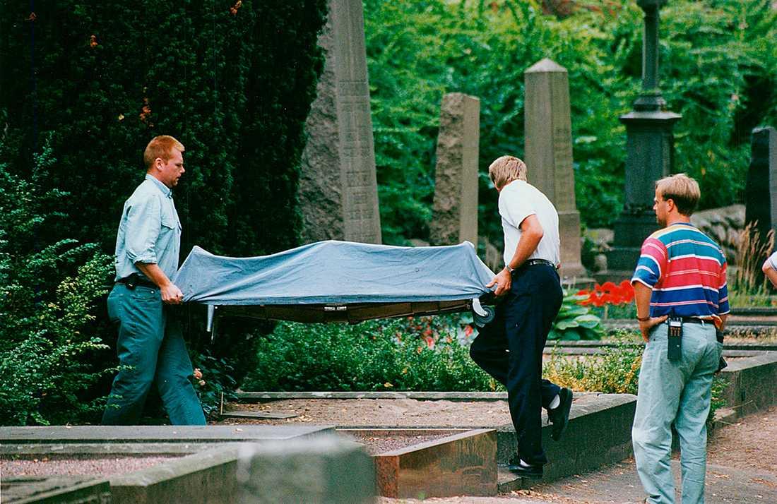KROPPEN LÅG PÅ  KYRKOGÅRDEN.  En förbipasserande hittade Malins kropp bakom en gravsten intill ett buskage.