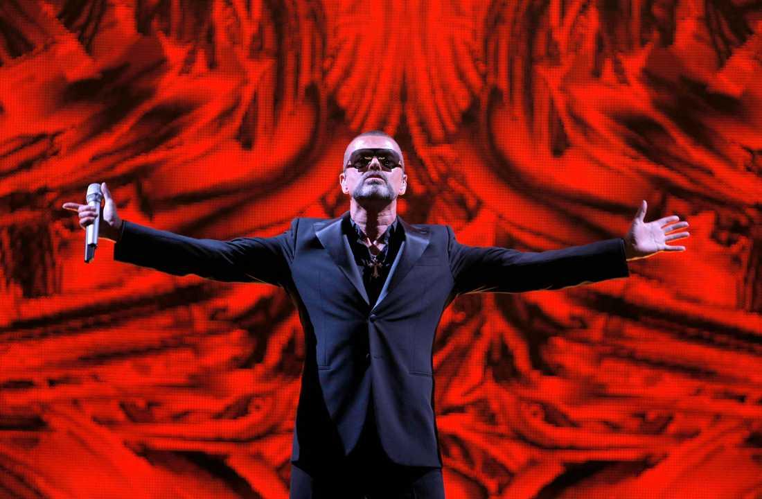 George Michael uppträder på en välgörenhetskonsert för AIDS charity Sidaction på Operahuset i paris 2012.