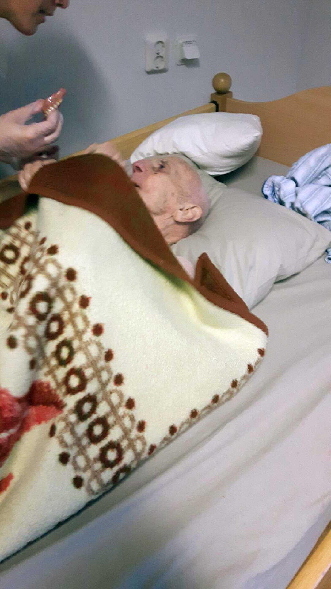 Den 85-åriga mannen blev snabbt sämre på Höjdens äldreboende. Efter tolv dagar på hemmet slog en av han döttrar larm och han förde mes ambulans till sjukhuset, men det var för sent.