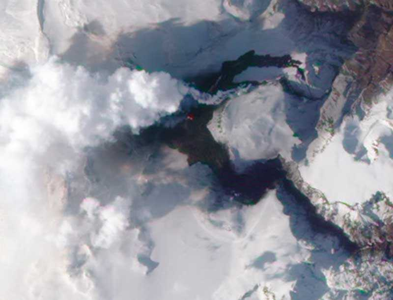 Askmolnet som sprider sig från den isländska vulkanen vid glaciären Eyjafjallajökull tvingar flygplan i stora delar av Europa att stanna på marken.