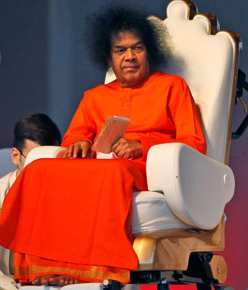 """SÖRJS AV MILJONER Gurun Sai Baba av miljontals anhängare över hela världen. Han kallades den """"levande guden"""" av sina fans och ansågs haft övernaturliga egenskaper."""