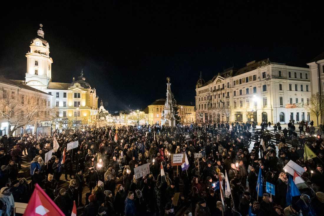 Anhängare till ungerska oppositionspartier samlades i Pecs i Ungern på fredagskvällen för att protestera mot den nya övertidslagen.