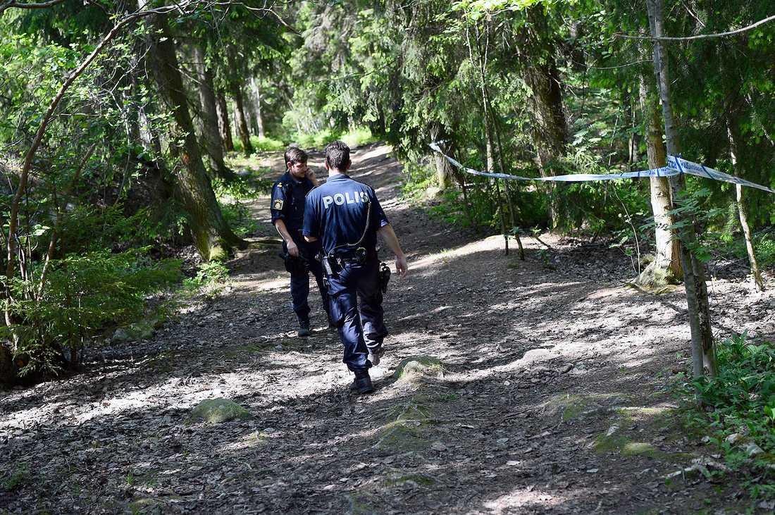 Den 16-åriga flickans kropp hittades gömd i ett skogsparti i Hökarängen i södra Stockholm.