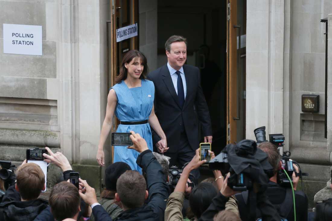 Storbritanniens premiärminister David Cameron och hans fru Samantha lämnar vallokalen efter att ha röstat på torsdagen.