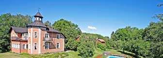 Fridhäll i Mariefred är ett herrgårdsliknande hus som finns till salu just nu.