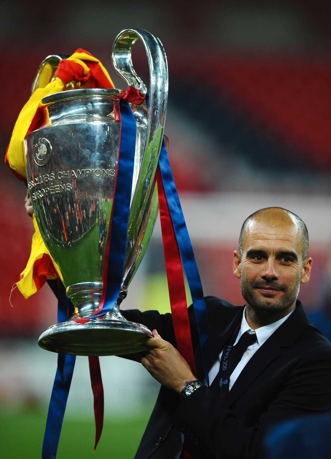 2011 Guardiola får visa upp Champions League-pokalen för andra gången, efter segern mot Manchester United. Foto: Getty