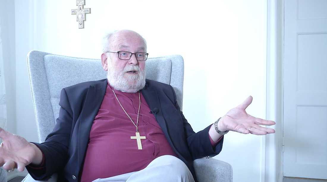 Sven-Bernhard Fast avbryter intervjun efter en stund.
