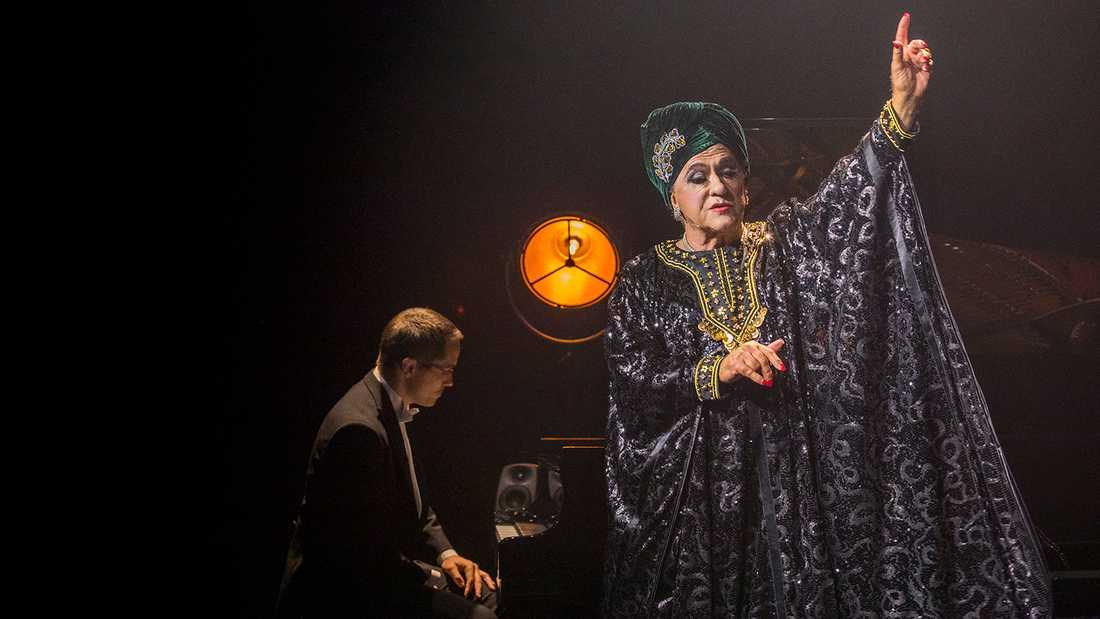"""Tommy Körberg i """"Lola"""", i bakgrunden pianisten Carl Flemsten."""