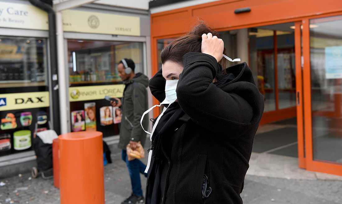 Ansiktsmasker har blivit en vanlig syn kring Järvafältet i Stockholm. Området är särskilt drabbat av coronaviruset.