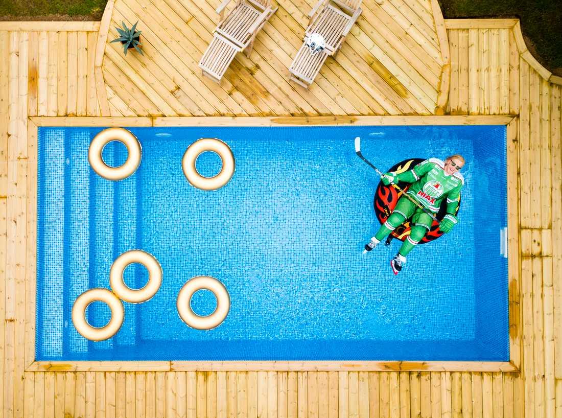 Olle Liss, SHL-spelare i Rögle hänger i poolen, fotograferad till Sportbladets SHL-bibeln.