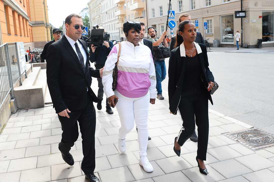 ASAP Rockys mamma Renee Black på plats för rättegången. Till höger om henne går Lili Assefa, som sköter ASAP Rockys presskontakter i Sverige.