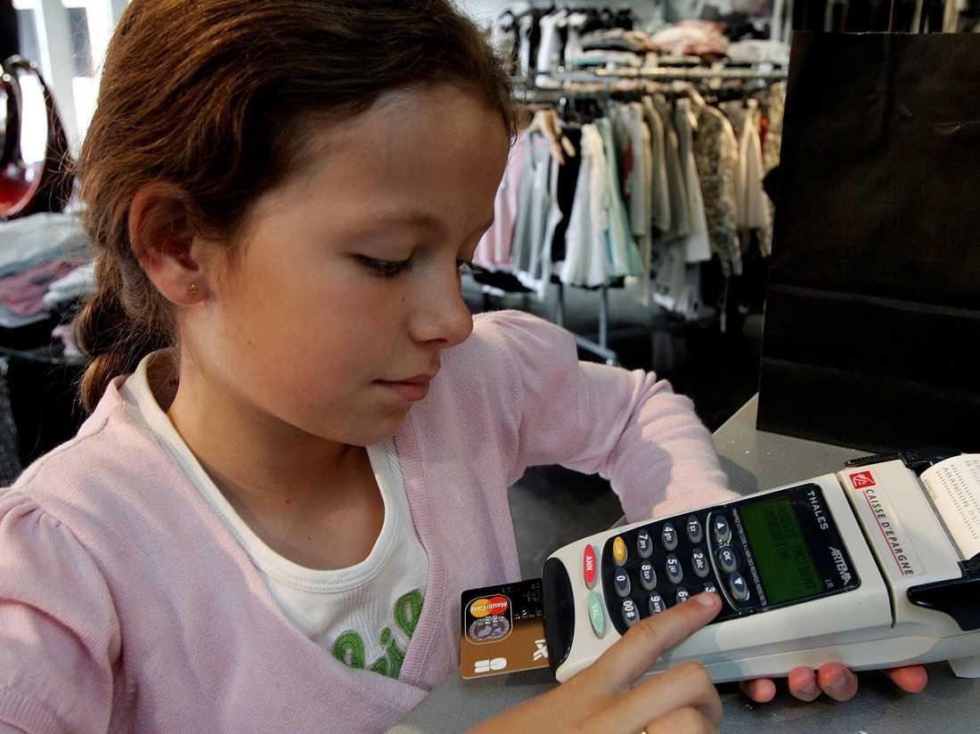 Svenska banker planerar att sänka åldersgränsen för bankkorten.