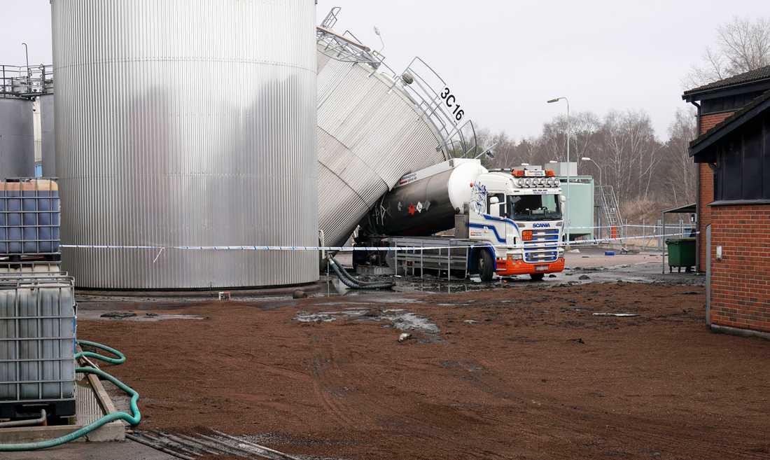 Saneringsmedel har lagts ut runt polisens avspärrning kring lastbilen och cisternen i hamnen i Halmstad på söndagen.  En man i 60-årsåldern avled sedan en oljecistern vält mot en tankbil i oljehamnsområdet. Dessutom läckte omkring 190 kubik olja ut i samband med olyckan.