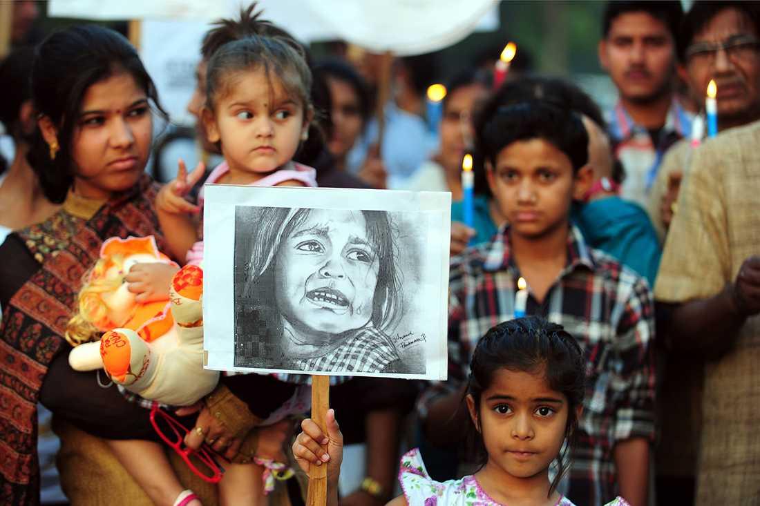 Indiska barn deltar i en demonstration efter att en femårig flicka blivit våldtagen.