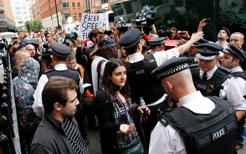 Utanför ambassadbyggnaden har demonstranter visat sitt stöd för Wikileaks-grundaren.