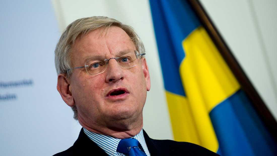 Dåvarande utrikesminister Carl Bildt när han kommenterade domen mot de två fängslade journalisterna när det begav sig. Han förekommer i filmen, då i skådespelaren Philip Zandéns gestaltning.