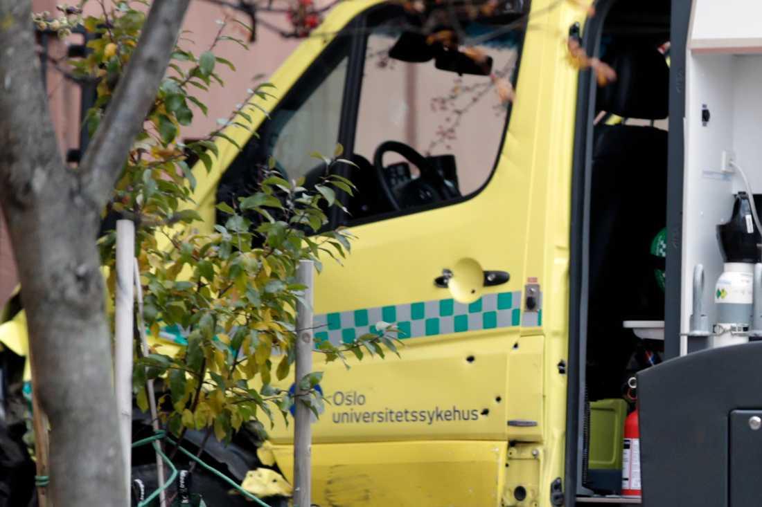 Flera skotthål syns vid ambulansens dörr