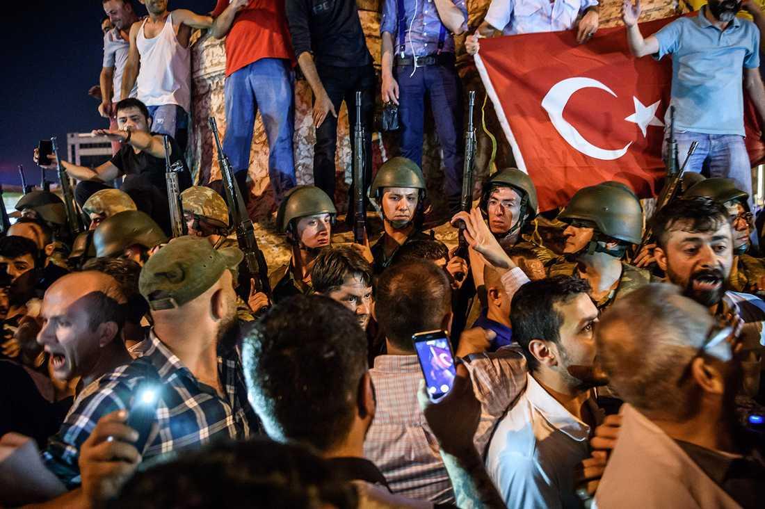 Turkiska soldater på Taksimtorget i Istanbul, under protester mot kuppförsöket.