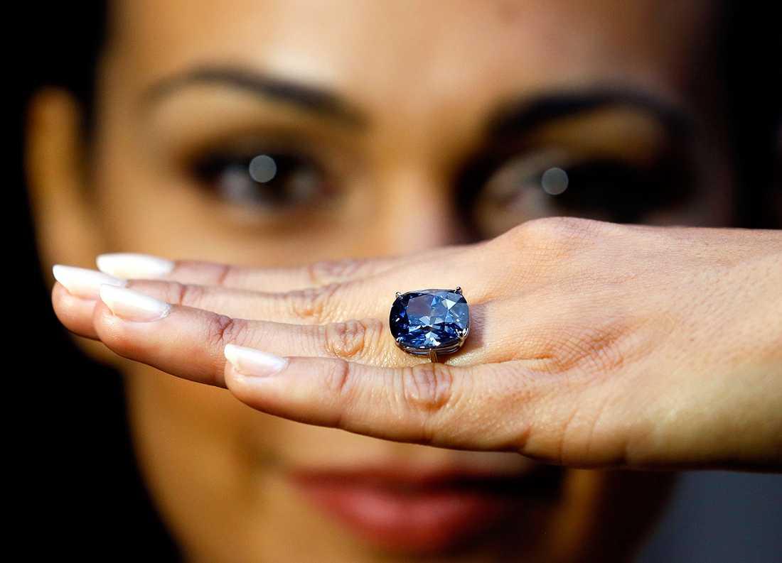 """Modellen Charlene Bonnithon visar upp """"Blue moon""""-diamanten."""