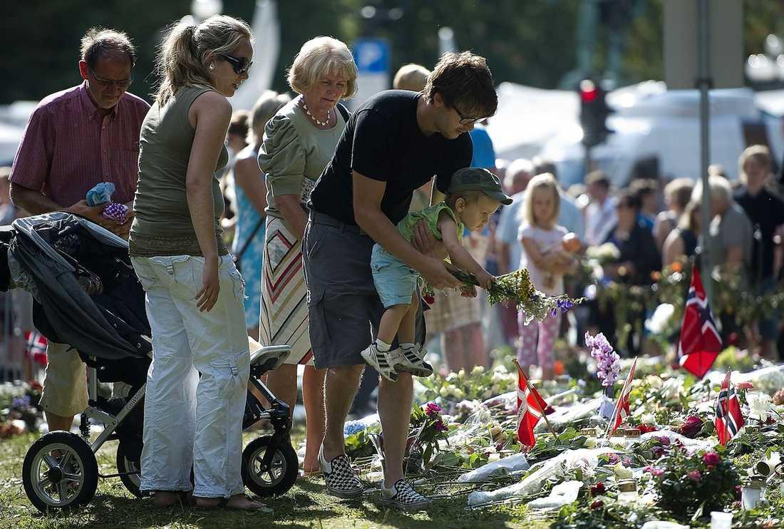 BLOMHAV Utanför Oslo domkyrka har människor lagt blommor och brev för att hedra de omkomna.