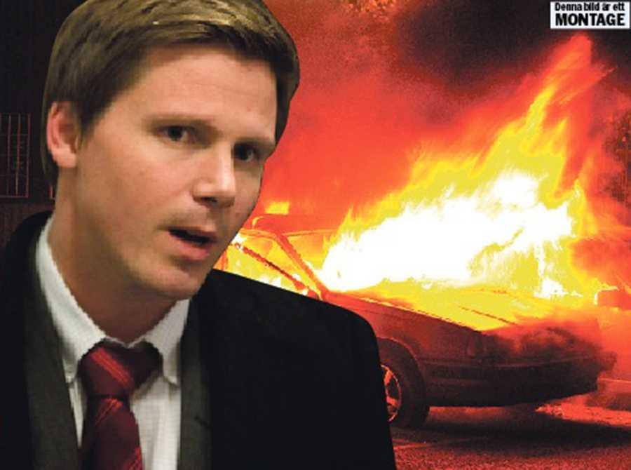 förstärkte utanförskapet Efter att det började brinna i Husby skickades Erik Ullenhag ut för att ropa på fler poliser. Det kan mycket väl ha förlängt upploppen. Obs! Bilden är ett montage.