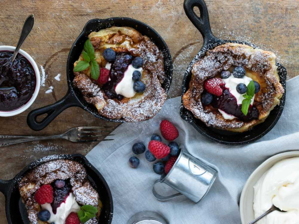 Bjud på fluffiga dutch pancakes med söta tillbehör.