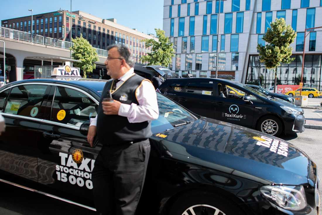 Elias Mounayerji har kört taxi sedan slutet av 90-talet. Under pandemin har flera anställda inom hans åkeri valt att stanna hemma, för de vågar inte köra.