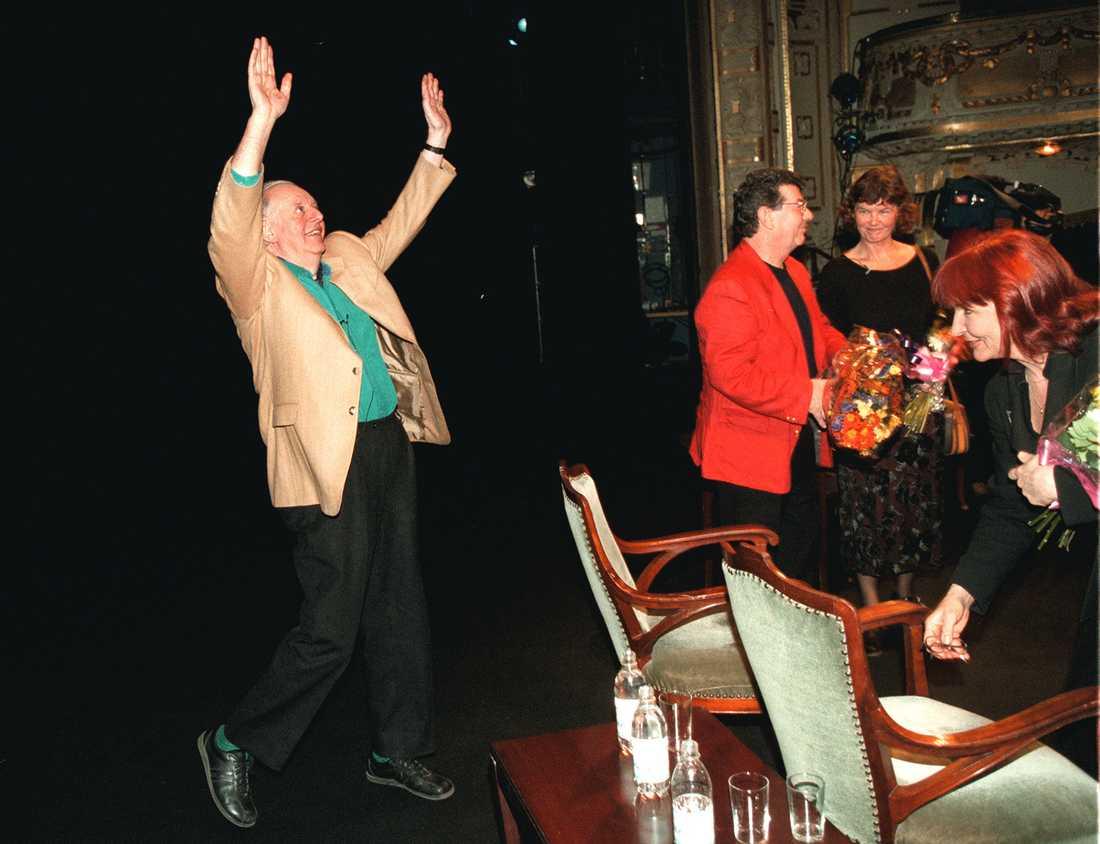 Nobelpristagaren i litteratur Dario Fo återuppför sitt Nobeltal på Dramaten 1997. Till höger Kim Anderzon som introducerade Dario Fo i Sverige.