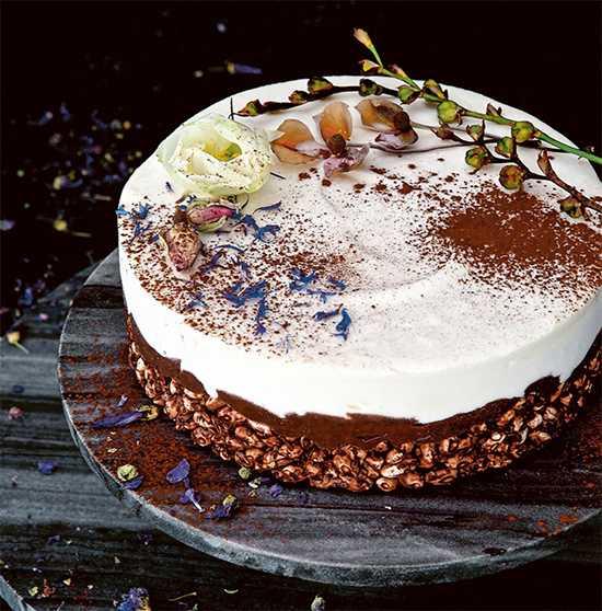 Rispuffstårta med flingsalt som bryter fint mot det söta i punchen och den vita chokladen.