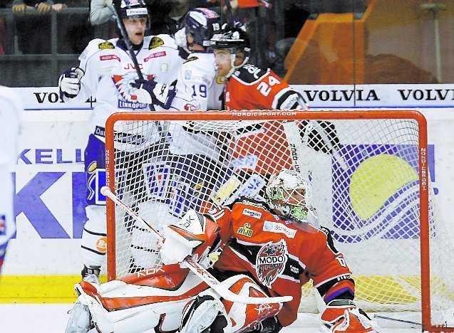 LHC:s Pontus Petterström och Patrik Zackrisson jublar bakom MoDo:s målvakt Karol Krizan efter 3–3 målet.