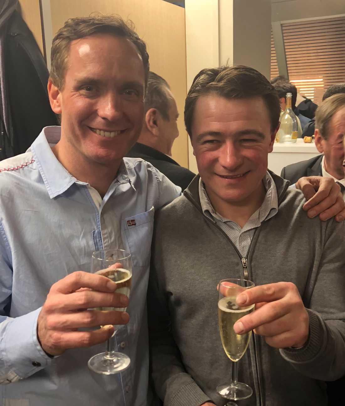 Duellerna Björn Goop och Franck Nivard skålar efter uppgörelsen.