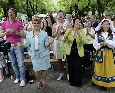 ROCKAR LOSS Frederick Federley, Maud Olofsson, Solveig Tärnström med flera rockar loss i Humlegården när centerpartiets stämma inleddes i Stockholm på lördagen.