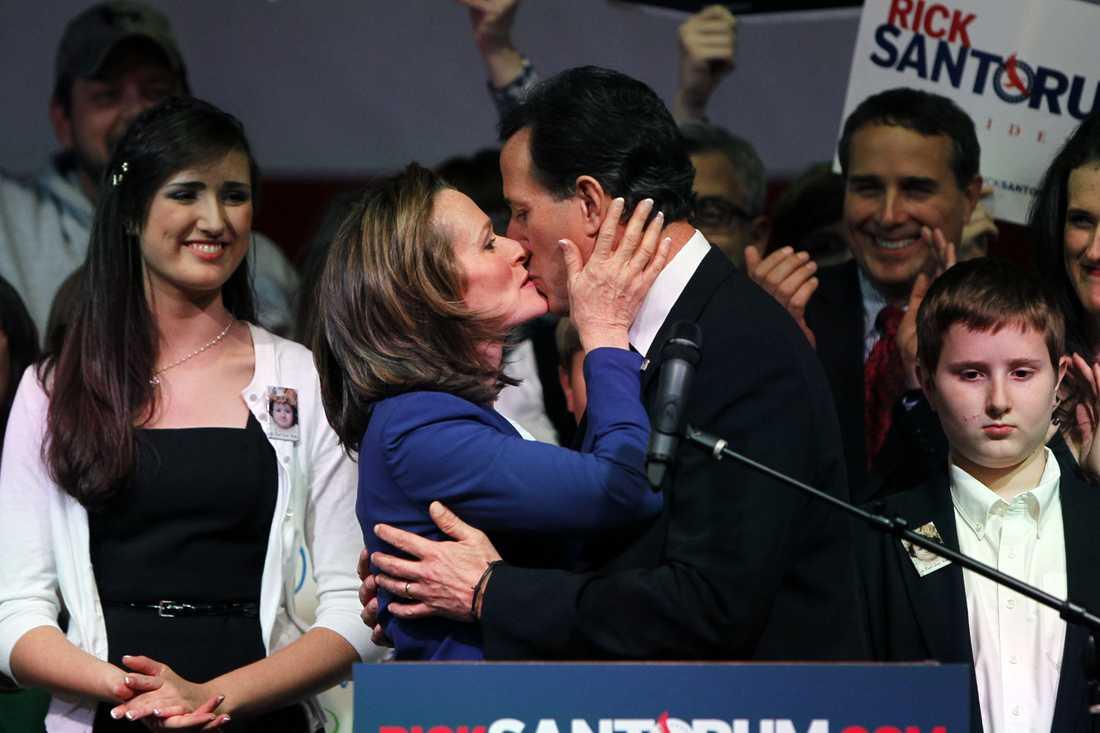 Rick Santorum får en kyss av sin fru Karen Santorum på Santorums valvaka i Steubenville, Ohio. Santorum vann i tre delsatter, Tennessee, Oklahoma och North Dakota.