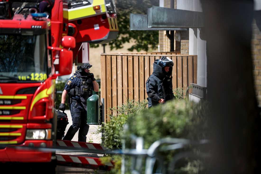 Polisen arbetar vid huset som utrymdes.