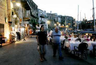 I den vackra hamnen i Kyrenia står restaurangborden tätt.
