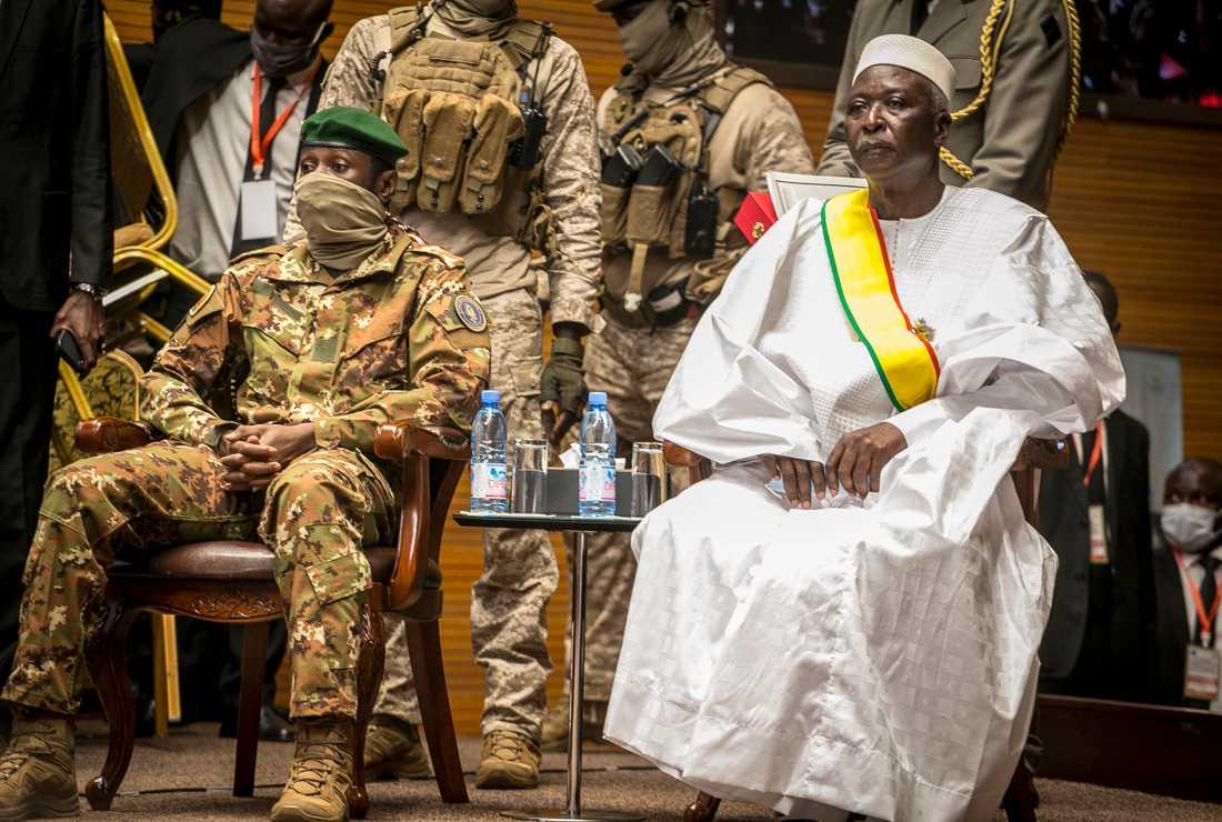 Den tidigare försvarsministern och översten Ba N'Daou (höger) är president i Malis övergångsstyre. Här sitter han sida vid sida med militärjuntans ledare Assimi Goita, som är hans vice. Arkivbild.