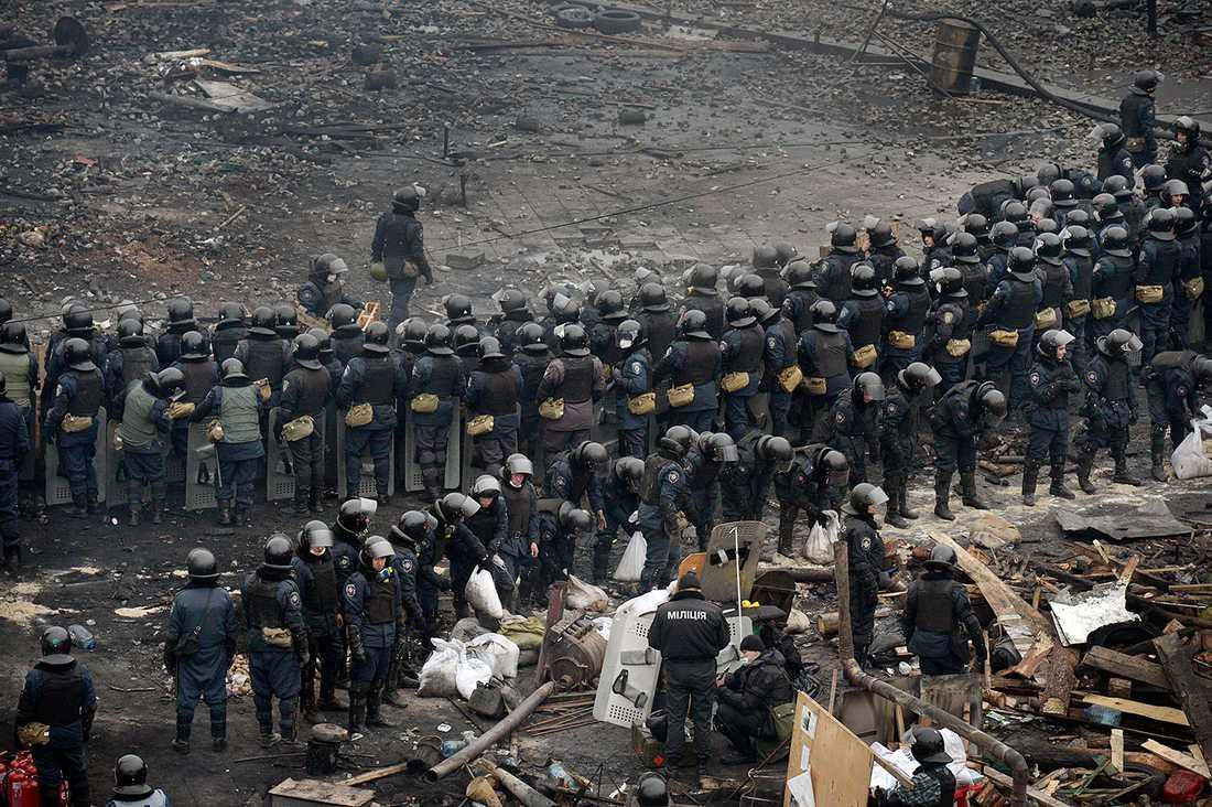 Polisen jobbar under liknande förhållanden som demonstranter.